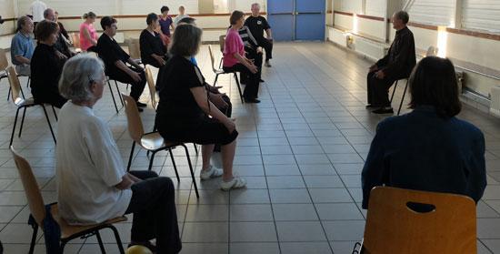 photo d'un exercice en position assise au cours de Chi Kong